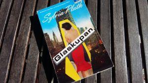 "Sylvia Plaths bok ""Glaskupan""."