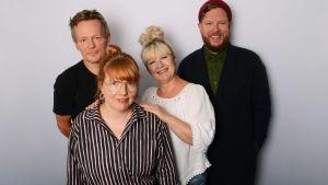 Pepe Johansson, Susanna Vainiola, Tarja Närhi ja Samae Koskinen seisomassa