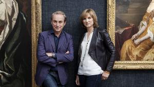 Philip Mould ja Fione Bruce seisovat suurten maalausten edessä.