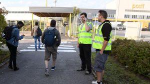 Strejkvakter vid ingången till Postis logistikcentral i Dickursby, Vanda måndagen den 2 september.
