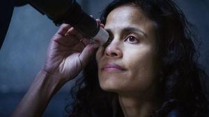 Dokumentin päähenkilö Nasan tutkija Vandi Verma katsoo kaukoputkella