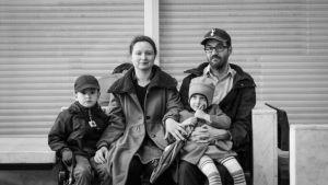 Dokumenttielokuvan päähenkilöt ryhmäkuvassa. Perhe Tonteri.