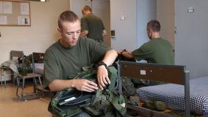 Sebastian Peltola sitter i militärstugan i Dragsvik och packar sin ryggsäck