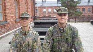 Soldatklädda Sebastian Peltola och Tuomas Toukosalo sitter på soldathemmets terass i Dragsvik