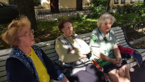 Kvinnor på en bänk i Sankt Petersburg diskuterar valfrågor