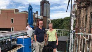 David Boyle och Janet Brown uppe på taket till sitt containerhus i Brooklyn, New York.