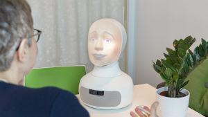 Roboten Tengai vid ett intervjutillfälle.