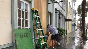 En man skyddade sin juvelerarbutik i historiska Charleston, South Carolina inför stormen på onsdagen.