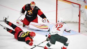 Emil Galimov gör mål på Antti Niemi