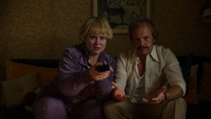 Finlandsvenska skådespelaren, regissören och teaterchefen Maria Sid spelar Juhas mamma Ritva – här mot Fredrik Hallgren som pappa Bengt.
