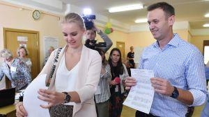 Oppositionsledaren Aleksej Navalnyj tittade på medan hans dotter Daria lade ner sin valsedel i valurnan i Moskva på söndagen.