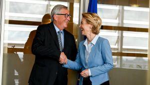 EU-kommissionsordföranden Jean-Claude Juncker skakar hand med blivande kommissionsordföranden Ursula von der Leyen.