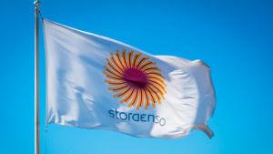 Stora Ensos flagga med logo fladdrar i vinden.