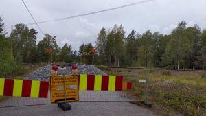 Grus framför en järnvägsövergång som är stängd.