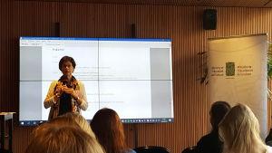 Kanslichef Anita Lehikoinen vid Utbildnings- och kulturministeriet talar på presskonferensen om OECD-rapporten