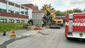 Pelastuslaitoksen autoja Kortepohjan koulun pihassa.