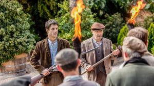 Jesús (Alejo Sauras) ja Antonio (Papá Pitufo) asettuvat vastustamaan vihaisia maatyöläisiä sarjassa La república - tasavalta