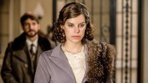 Totisen näköinen Mercedes (Mariona Ribas), taustalla Fernando (Félix Gómez) sarjassa La republica - tasavalta