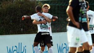 Anton Popovitch och Samuel Chidi firar mål.