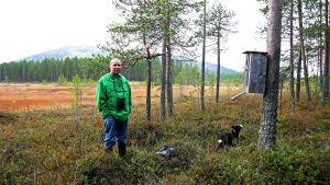 Pekka Nyman ja Kimi uivelon pöntöllä Pyhätunturilla.