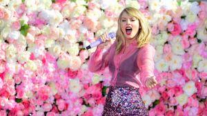 Amerikkalainen pop-artisti Taylor Swift esiintymässä.