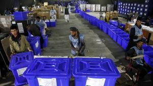 Valfunktionärer granskar valurnor i Afghanistans huvudstad Kabul.