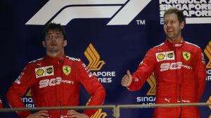 Sebastian Vettel visar tummen upp medan Charles Leclerc ser besviken ut.