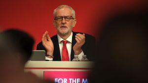 Jeremy Corbyn klappar vid ett podium