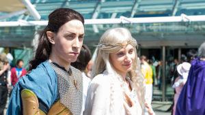 Nuori mies ja nainen Cosplay-hahmoina Tolkienin kirjoista, Elrond ja Galadriel