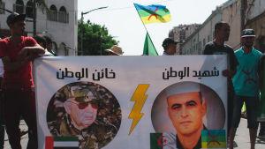 Demonstranterna som tvingade president Abdelaziz Bouteflika att avgå har nu vänt sin ilska mot landets nya starka man, arméchefen Said Galah (till vänster)