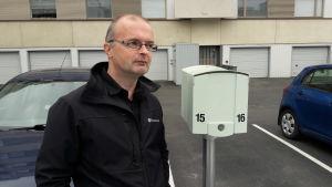 Disponent Nils-Johan Enkvist i Jakobstad fotad utomhus på en parkeringsplats.