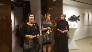 Generalkonsul Anne Lammila öppnade utställningen, i bakgrunden Ilona Rista och direktören för Finlandsinstitutet Sani Kontula-Webb.