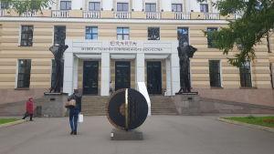På bilden syns ingången till Erarta, ett populärt center för nutidskonst i Sank Petersburg.