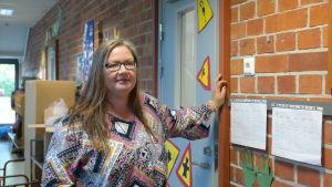 Läraren Sanna Poikola står i Salo svenska skolas korridor