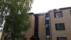 Brinnande bostadshus.