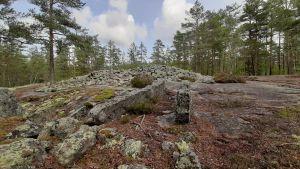 Många stenar är samlade i en lång bronsåldersgrav uppe på ett berg.