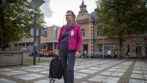 Rauman lastensuojelun päällikkö Johanna Ylikoski seisoo aukiolla ja Rauman kaupungintalo näkyy takana.
