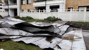 Torstaina 3. lokakuuta 2019 Vanhassa Vaasassa syttyneen kerrostalon rakenteista on purettu muun muassa peltiä.