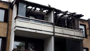Ensimmäisen kerroksen asunnosta alkanut palo levisi kerrostalon kattorakenteisiin. Ylimmän kerroksen parvekkeet ovat pahasti palanee