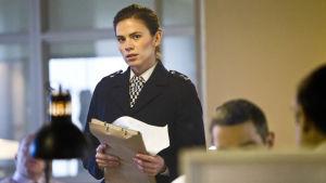 Yksi murha, kolme vuosikymmentä. Brittijännäri seuraa nuoren, määrätietoisen poliisin uraa ja elämää.