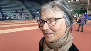 En äldre dam inne i en idrottshall