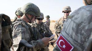 USA  har för närvarande omkring 1 000 soldater i norra Syrien, där de allt mer har samarbetat med turkiska styrkor