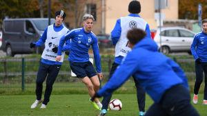 Onni Valakari i farten under U21-landslagets träningar.