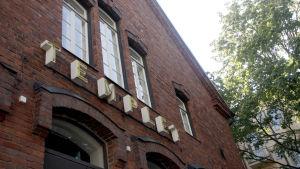 Tegelfasad i rödtegel och skylten Templet i stora bokstäver på fasaden.