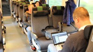 Ihmisiä junassa.