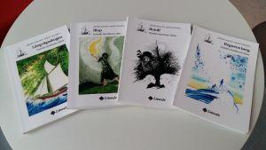 Pärmarna till Tidens tiggare. Fyra böcker ligger ordnade på ett vitt bord.