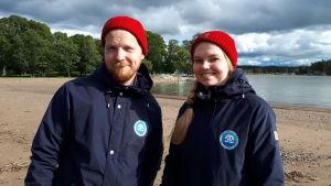 Atte Lindqvist och Jutta Vuolamo från Håll skärgården ren rfs kampanj Snygg beach står på Runsala strand
