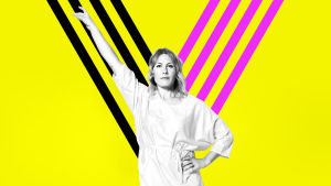 Nainen käsi pystyssä keltaisella taustalla olevan y:n edessä.