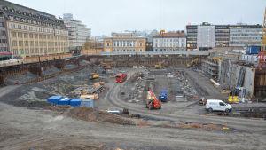 En stor grop i centrum av Åbo då torgparkeringen byggs.