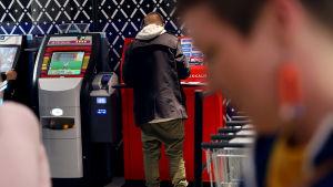 MOT avaa uutta tietoa Suomen marketeissa, huolto-asemilla, baareissa ja kioskeissa olevista Veikkauksen rahapeliautomaateista.
